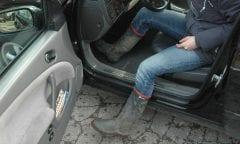 Vor dem Einsteigen sollten die dreckigen Schuhe außerhalb des Autos abgeklopft werden.(Foto:privat)