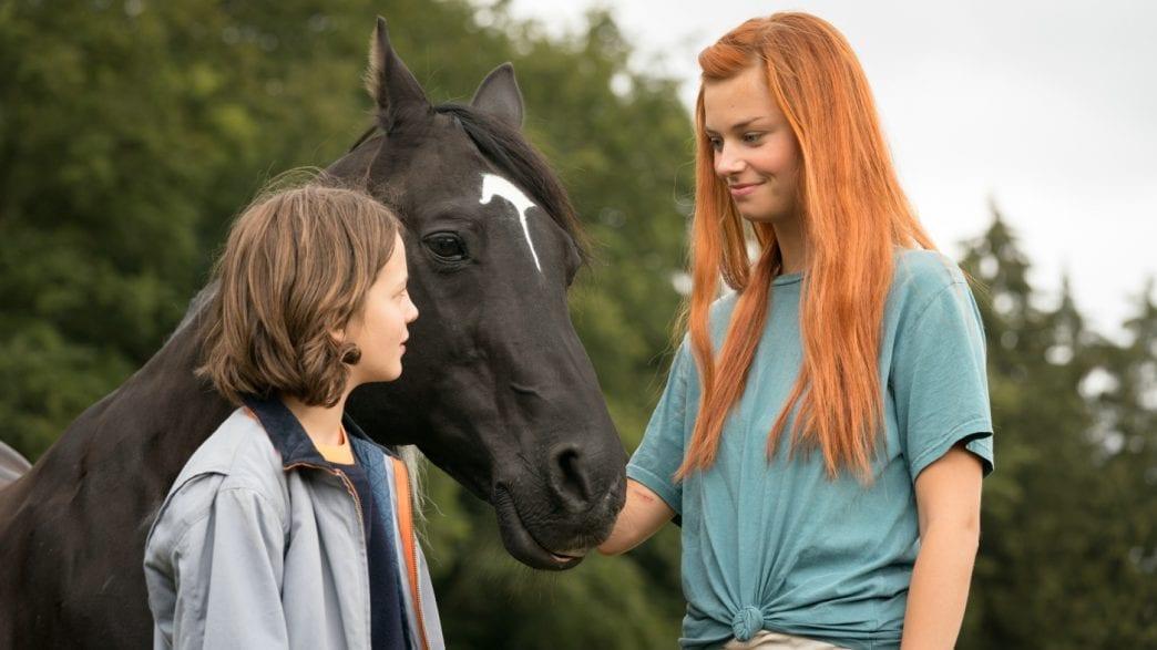 Feuer und Wasser: Ari (Luna Paiano) und Mika (Hanna Binke) zusammen mit Ostwind.