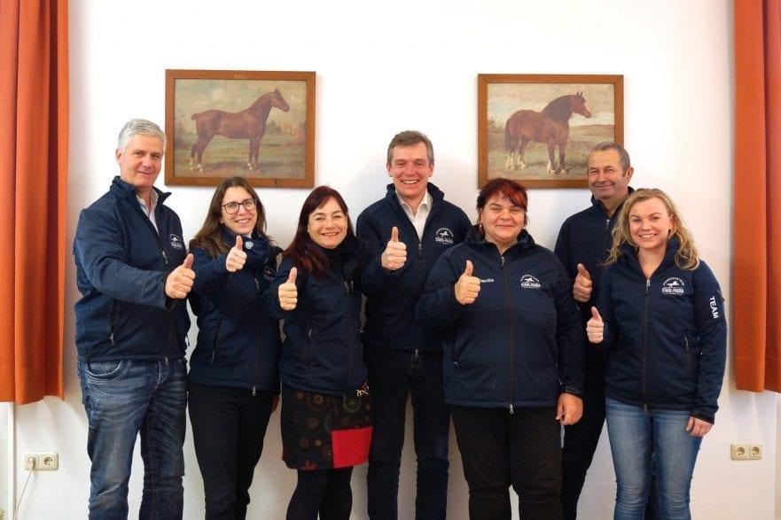 Das Bild zeigt den Geschäftsführer des Pferdezentrums Stadl-Paura, Johannes Mayrhofer (Mitte), mit seinem Team Rudolf Krippl, Mag. Theresa Deisl, Sonja Bauer, Claudia Radner, Franz Feichtinger und Evelyn Bozsoki (v.l.n.r.)