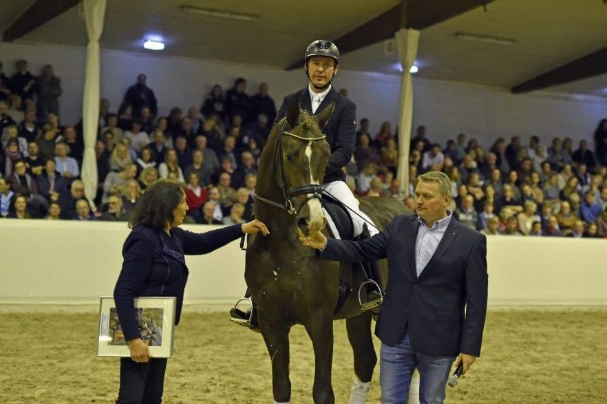 De Royal unter Hermann Burger mit seiner Züchterin Harli Siefert und dem DLZ Betriebsleiter Wolfgang Stagge (Foto: Tanja Becker)