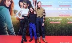v.l.n.r. Hanna Binke (alias Mika), Luna Paiano (alias Ari) und die Regisseurin Theresa von Eltz (Foto: horseweb.de)