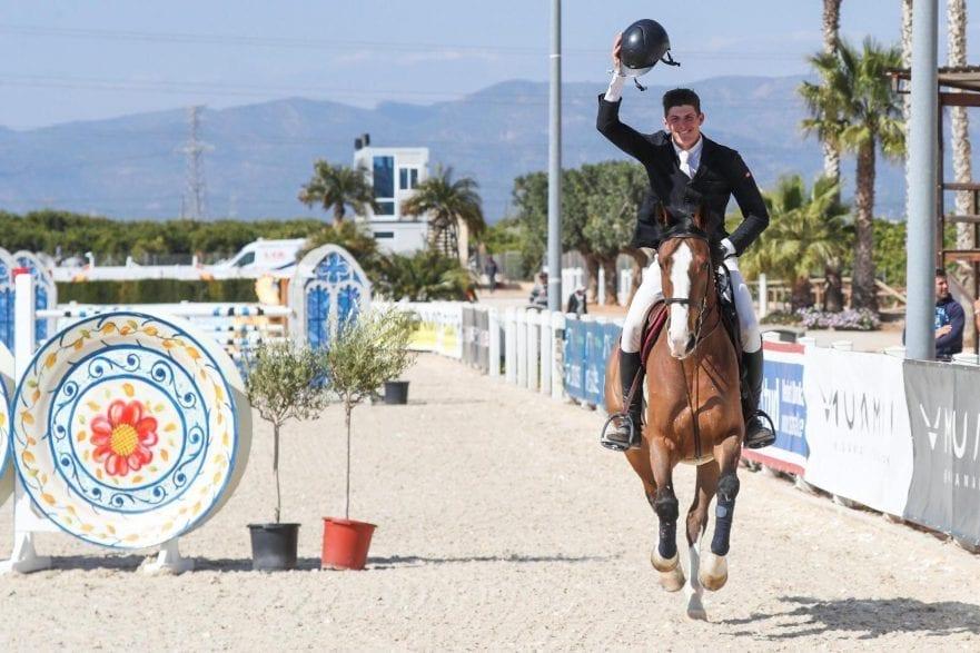 Carmen Edwards freut sich über seinen Sieg mit Tinka`s Brook in der CES Valencia Tour. (Foto: Frank Fotistica)