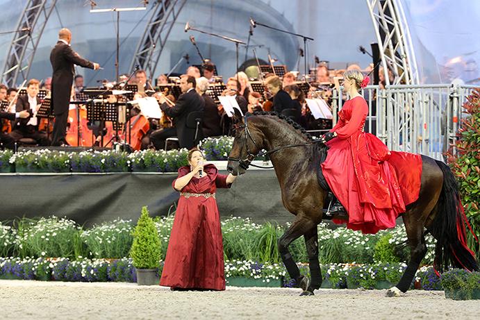 """Das Bild zeigt Helen Langehanenberg bei """"Pferd & Sinfonie"""" im Jahr 2013. Das Foto kann honorarfrei verwendet werden (Foto: CHIO Aachen/ Andreas Steindl)."""