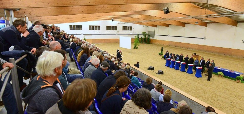 Debattenfreudig - Experten und Politiker mußten in der Fritz Thiedemann-Halle des Holsteiner Verbandes in Elmshorn etliche Fragen von Tierhaltern beantworten. (Foto: Janne Bugtrup)