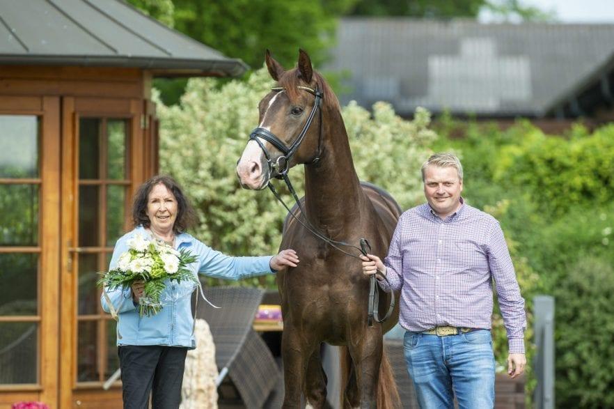 Harli Seifert, der von ihr gezogene De Royal und der Betriebsleiter des Dressurpferde Leistungszentrums Lodbergen, Wolfgang Stagge (v.l.) (Fotografin: Tanja Becker)