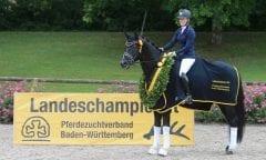 Sieger der 3-jährigen Hengste: Define Dynamic und seine Reiterin Lisa Horler (Foto: Olav Krenz)