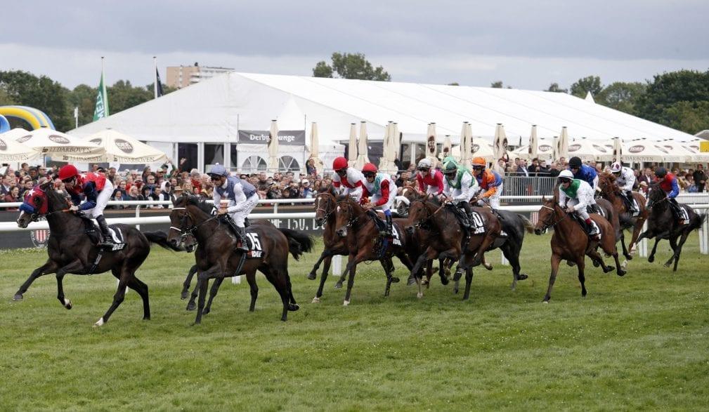 Mit großer Begeisterung verfolgten die Besucher die 15 Pferde und Jockeys, die zum IDEE 150. Deutschen Derby in Hamburg-Horn antraten. (Foto: galoppfoto.de/Brose)