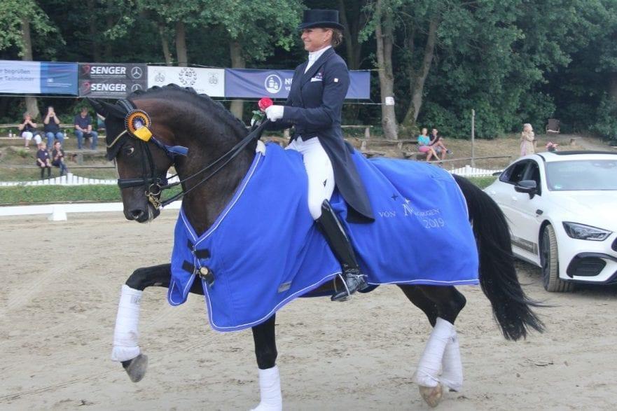 Siegerin Dorothee Schneider mit Quantum Vis MW mit der Siegerdecke
