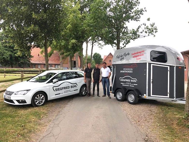Siegfried Buhl (re.) übergab den Sonderpreis für den erfolgreichsten Reiter beim Fest der Pferde schon mal an die Turniermacher Sören und Nicolas Pedersen. (Foto: Pedersen)