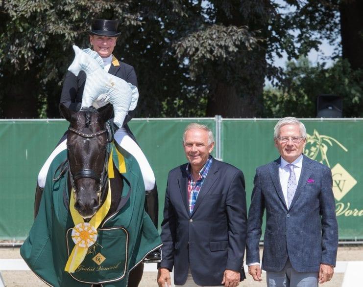 Sieger im Grand Prix Special - Isabell Werth und Weihegold OLD mit Werner Weddehage (als Vertreter des Veranstalters) und Richter Dr. Dietrich Plewa (v.l.) (Fotograf:Michael Rzepa)