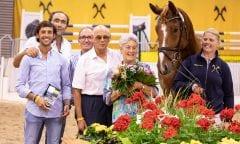 Preisspitze Semino JU mit seinen neuen Besitzern vom Gestüt Sola Nogales. Foto: Hannoveraner Verband/Juliane Fellner