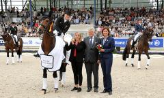 Der Siegerin gratulieren Sabine und Siegward Tesch zusammen mit Stefanie Peters aus dem ALRV-Aufsichtsrat (rechts). (Foto: CHIO Aachen/ Michael Strauch)