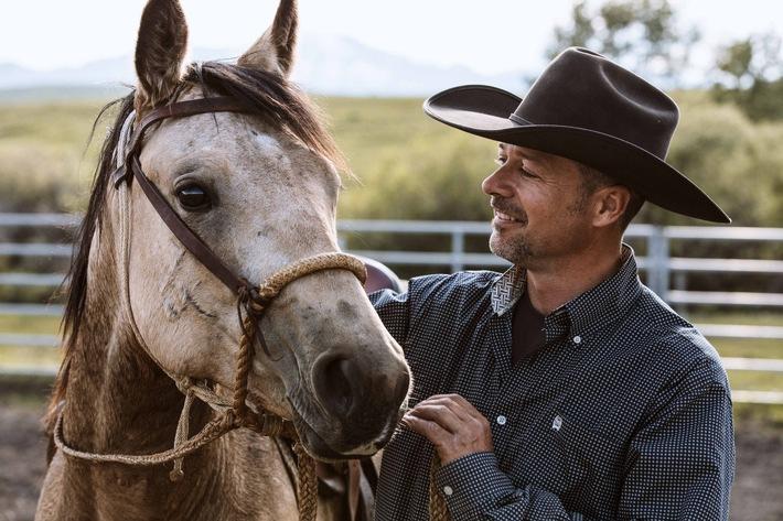 Der Pferdeflüsterer Jimmy Anderson mit Shiver, einem zweijährigen Hengst in Alberta / Weiterer Text über ots und www.presseportal.de/nr/7840 / Die Verwendung dieses Bildes ist für redaktionelle Zwecke honorarfrei. Veröffentlichung bitte unter Quellenangabe: