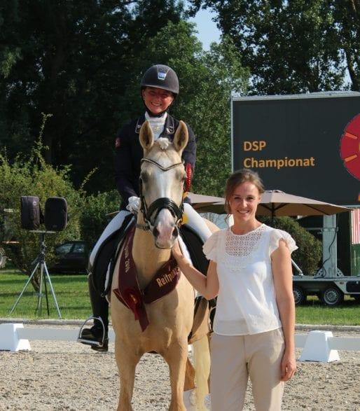 Zuchtleiterin (rechts) bei der Siegerehrung in Nördlingen mit der Süddeutschen Reitponychampionesse Mariposo CM mit Michele Schulmerig im Sattel. (  Fotocredit: hbm)