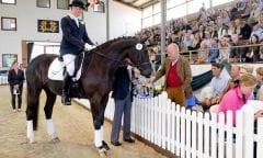 Geglückter Kauf bei der Herbstauktion: Prof. Heicke (Gestüt Fohlenhof) erwarb 2016 das Dressurpferd Dexter auf dem Klosterhof Medingen. (Foto: U. Beelitz)
