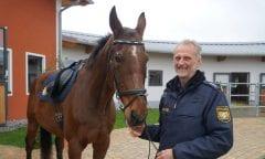 Uwe Meixner mit Pferd Vulkan© Polizeipräsidium Oberbayern Süd