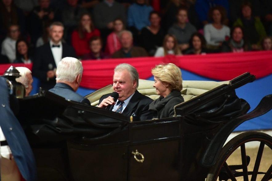 Auktionator Uwe Heckmann zelebriert gemeinsam mit EU-Präsidentin Ursula von der Leyen (r.) und tausenden Gästen sein 40-jähriges Jubiläum in Vechta. (gr. Feldhaus)
