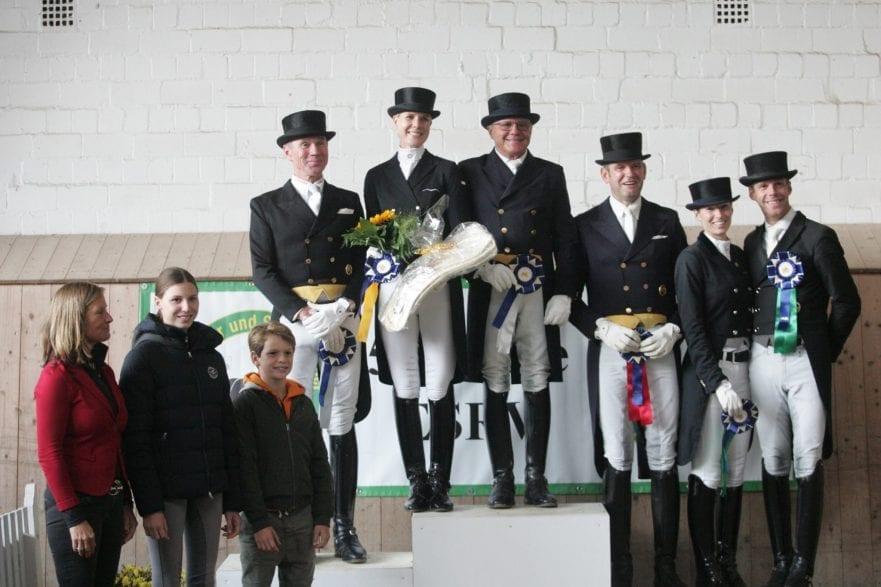 Juliane Burfeind und die Platzierten und Sponsoren des Grand Prix Special in Schenefeld. (Foto: Pegamo/ Brüske)