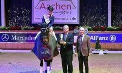 Kimberly Pap (NED) freut sich über den Pokal und die Gratulationen von Klaus Peters und ALRV-Präsident Carl Meulenbergh. Foto: Alexander Marx.