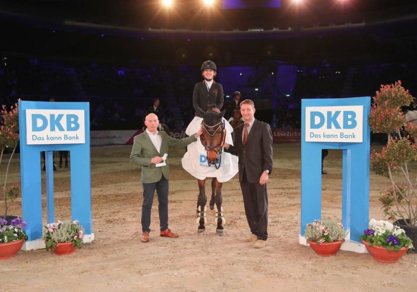 Ekkehard Weiß (DKB-Regionalleiter) und Franke Sloothaak gratulieren der schnellen Finja Bormann. Foto: Andreas Pantel - acp-fotografie-pantel.de