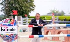 Holger Hetzel, der Mitte Mai nach zweimonatiger Corona-Zwangspause das erste Springturnier in Nordrhein-Westfalen organisierte, ließ es sich nicht nehmen, bei seiner Veranstaltung selbst an den Start zu gehen. (Foto: Hartwig)