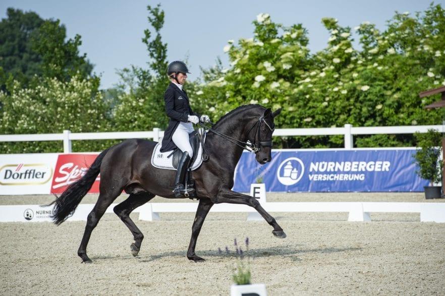 Das Siegerpaar der Finalqualifikation zum NÜRNBERGER BURG-POKAL 2020 in Essen-Herbergen: Isabell Freese mit dem neun Jahre alten Hannoveraner Hengst Fürsten-Look. (Foto: Tanja Becker/ Equitaris)