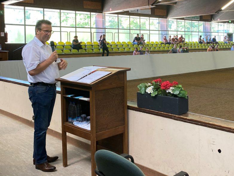 Minister Peter Hauk begrüßt die Zuschauer zum ersten Spommerferienprogramm in Marbach (Foto: Gille)