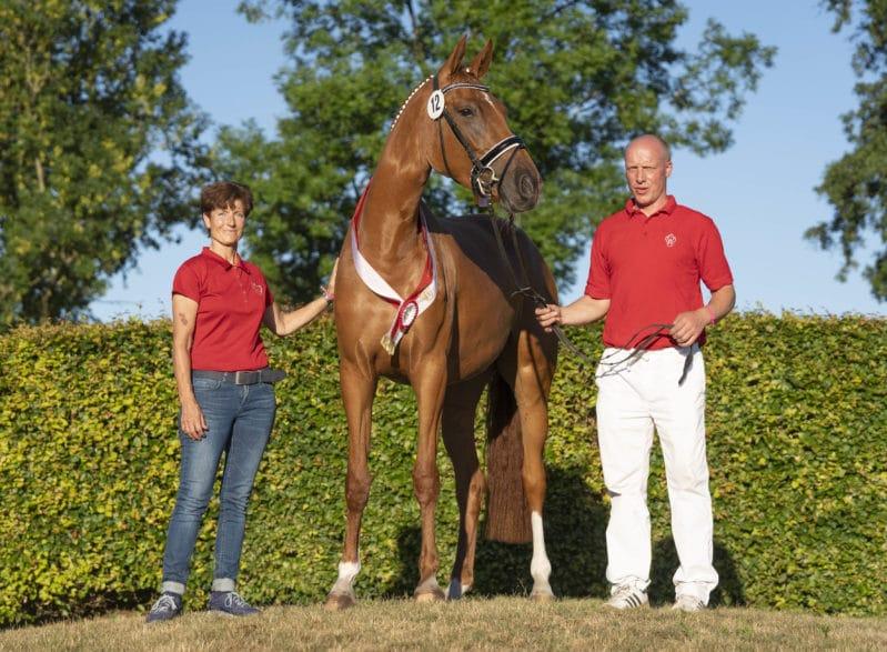 Siegerstute Springen mit ihren Besitzern Foto: Guido Recki