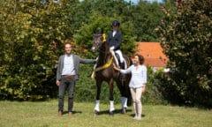 Geschäftsführer Wilken Treu gratuliert Feingefühl, Sandra Kötter und Gaby Heye-Hammerlage zum Sieg bei den Fünfjährigen (Foto: Hannoveraner Verband)