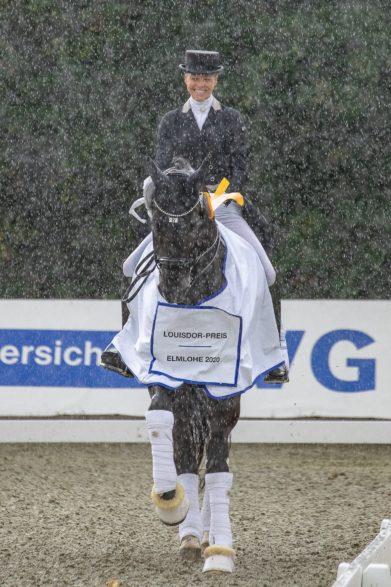 Sicherte sich gleich zwei Tickets fürs Finale des Louisdor-Preises: Sandra Nuxoll – hier strahlend auf Sieger Bonheur de la Vie im norddeutschen Regen Foto: Tessa Pfeil Photography