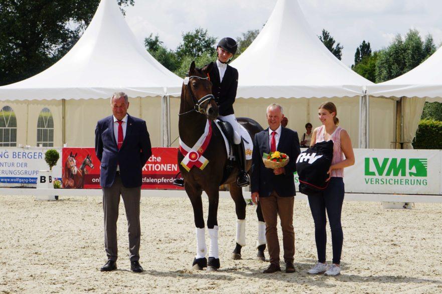 Reitmeister Hubertus Schmidt und Beryll siegten in der Einlaufprüfung des Louisdor-Preis in der Niedersachsenhalle. (Foto: J. Fellner)