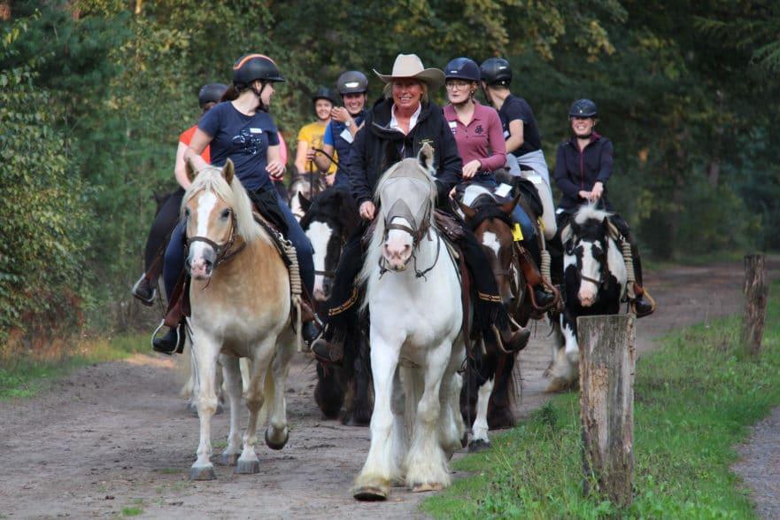 Spaß beim gemeinsamen Ritt durch die Münsterländer Parklandschaft: Elke Waning mit Influencern. Die Gruppe unterwegs © Münsterland e.V.