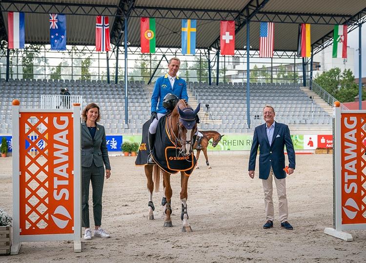 Dem Sieger Christian Ahlmann gratulieren STAWAG-Vorstand Dr. Christian Becker und die Präsidentin des Aachen-Laurensberger Rennvereins Stefanie Peters.
