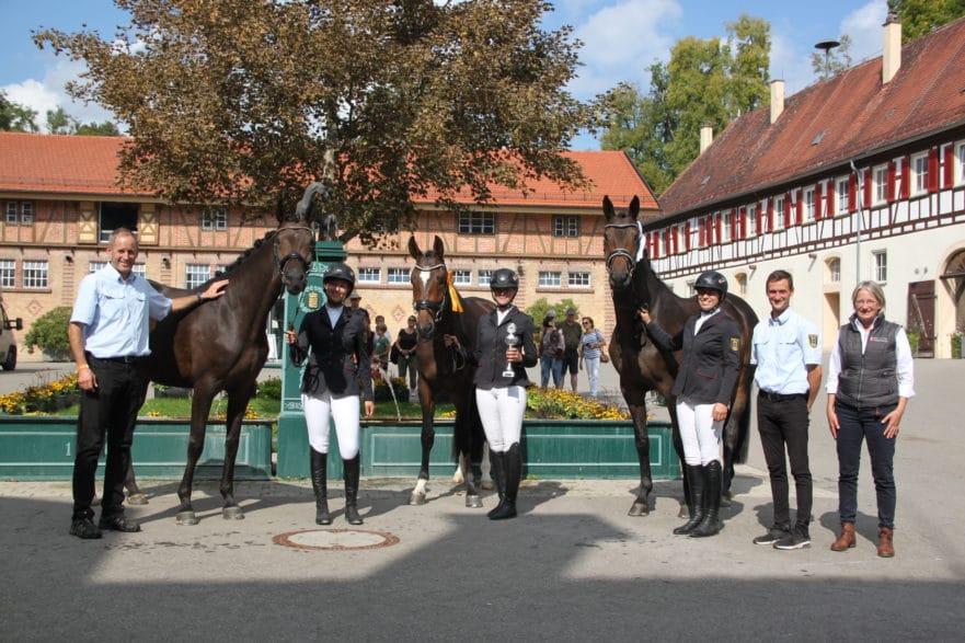 Glückwünsche an das Team des Marbacher Reitkommandos von Landoberstallmeisterin Dr. Astrid von Velsen-Zerweck (rechts) und Ausbildungsleiter Rolf Eberhardt (links) (Foto: Gille-Eberhardt).