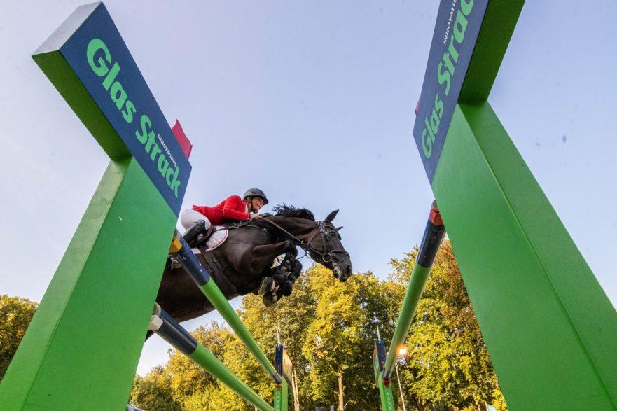 Jörne Sprehe und Solero gewinnen den Glas Strack Preis bei der OWL Challenge. Foto: Sportfotos-Lafrentz.de