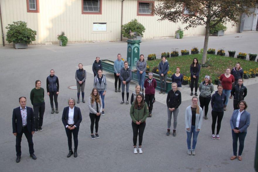 Gruppenbild: 23 neue Auszubildende haben 2020 ihre Ausbildung begonnen und wurden von Personalleiter Markus Bauer (1.v.l.), Landoberstallmeisterin Dr. Astrid von Velsen-Zerweck (1. Reihe, 2.v.l.) und Dr. Carolin Eiberger (1.v.r.) am Stutenbrunnen begrüßt (Foto: Archiv Marbach).