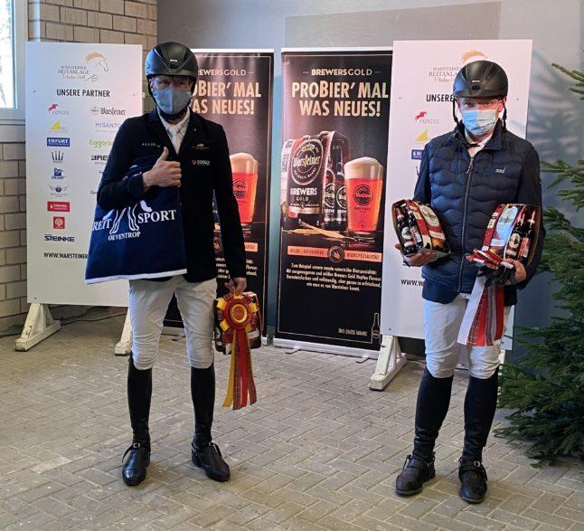 Vorbildlich mit Maske und stolz auch die Pferde - Tim Rieskamp-Goedeking und Klaus Otte-Wiese. (Foto: J. Wolff)