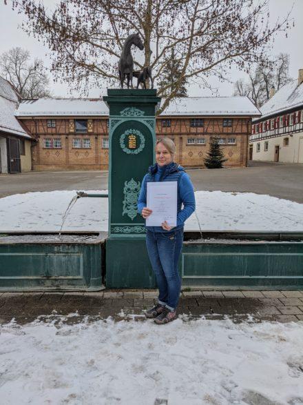 Dank und Anerkennung für 25 Jahre Dienst im Haupt- und Landgestüt Marbach: Pferdewirtin Nicole Betz-Ott (Foto: Handel)