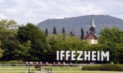 Pferderennen Iffezheim (By Martin Dürrschnabel - Own work, CC BY-SA 3.0, https://commons.wikimedia.org/w/index.php?curid=26323996)
