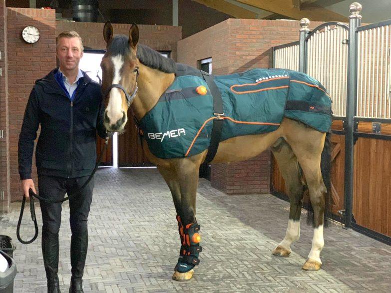Nationenpreisreiter Jur Vrieling (NED) setzt das BEMER Horse Set gern schon vor dem Reiten ein. (Foto: Team Vrieling)