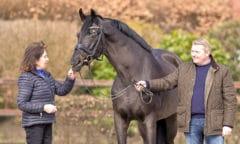 Rubin Royal OLD mit seiner Züchterin Harli Seifert (l.) und dem DLZ-Betriebsleiter Wolfgang Stagge (r.). Foto: Tanja Becker