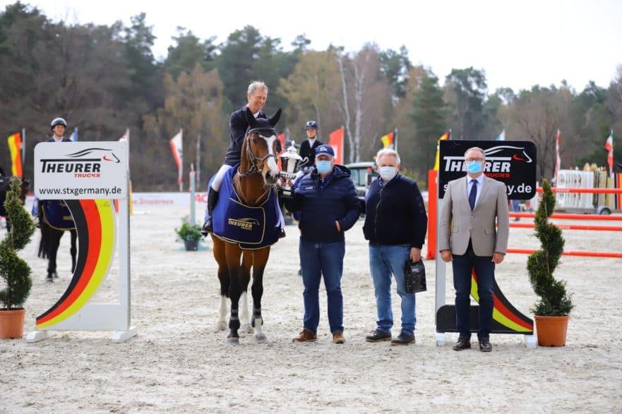 Freute sich über Ermindo W und die Glückwünsche von Richard Theurer und Karl-Hein Klasen: Schwedens Rolf-Göran Bengtsson gewann den Großen Preis in Luhmühlen. (Foto: moinmoindesign/ Kleiner Georg)