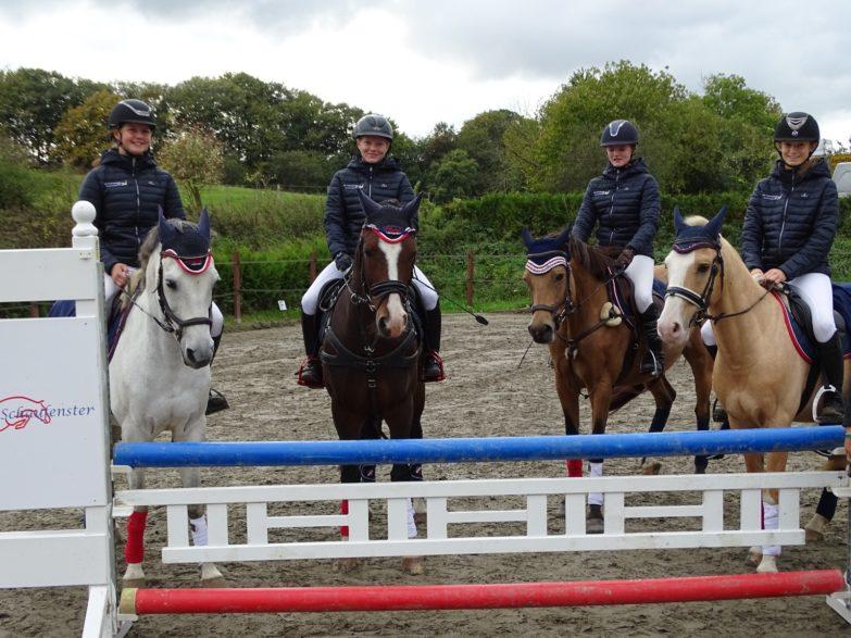 (v. links Lotta Gellhorn, Liev Silja Ströh, Romy Baacke, Taja Kiesewetter) Foto: (priv.) vom Team Holsteiner Schaufenster
