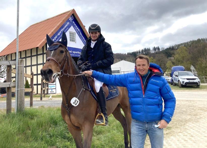 Jörg Naeve, Turniermacher in Ehlersdorf, ist stlz auf Sohn Robin, der das Goldenen Reitabzeichen verliehen bekommt. Jüngster Erfolg war ein Sieg im S**-Springen am Samstag in Hagen a.T.W. mit Casalia R im U25-Springpokal. (Foto: Brüske)