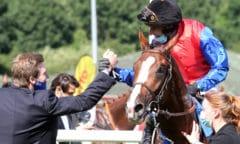 Philipp von Ullmann, In Swoop und Jockey Ronan Thomas nach dem Sieg im IDEE 151. Deutschen Derby 2020. (Foto:galoppfoto.de/Sorge)