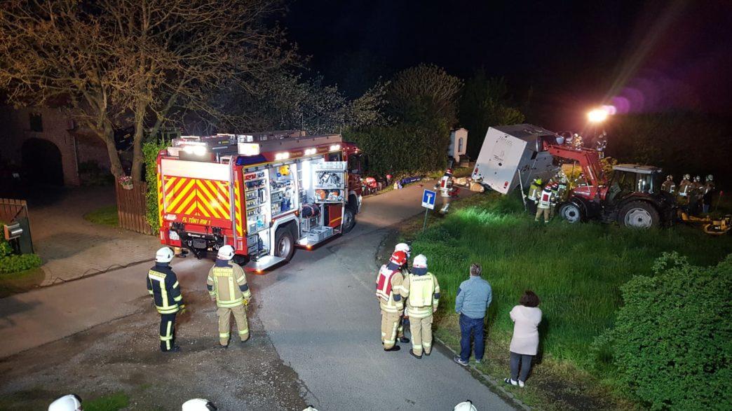 Pferdetransporter droht umzustürzen (c): Feuerwehr Tönisvorst