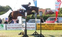 Zählt zu den Lokalmatadoren des Fehmarn Pferde Festivals auch 2021 - Sven-Gero Hünicke, hier mit Sunshine Brown 2019 beim Turnier. (Foto: Pegamo-Networks/Brüske)