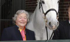 Magdalene Hell - hier mit dem Holsteiner Hengst Calido - ist im Alter von 84 Jahren verstorben. (Foto: Stefan Lafrentz)
