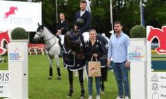 Maximilian Weishaupt siegte mit Nexus im Preis der Fundis Reitsport GmbH. v.r. Stefan Fundis, Lisa Birnstiel (Hippo GmbH). (Foto: Ursula Puschak)