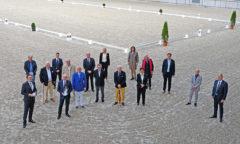 ALRV-Präsidentin Stefanie Peters (6.v.r.) zeichnete langjährige Mitglieder für ihre Treue zum Verein aus. Foto: CHIO Aachen